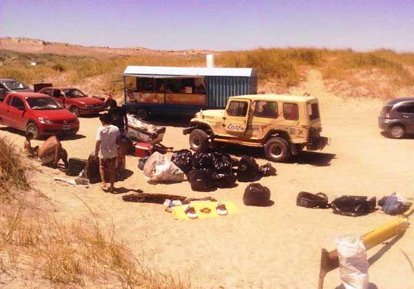 Juntan 500 kilos de basura de la playa