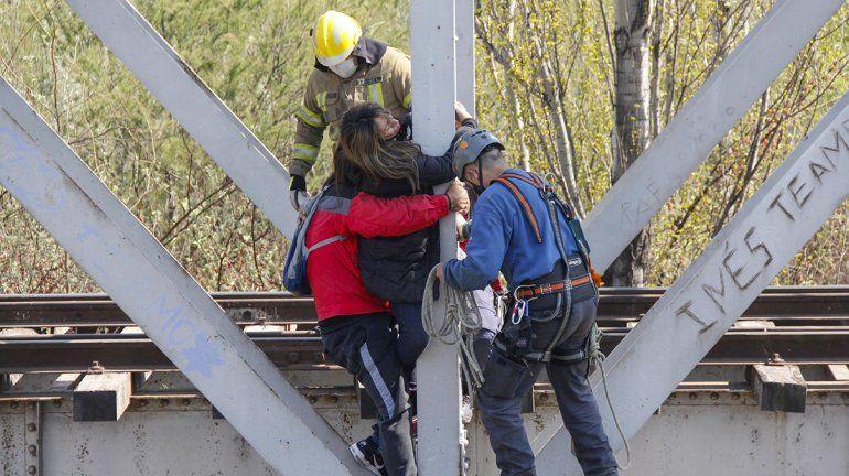 Dramático: mujer desalojada en el DVN está colgada del puente ferroviario