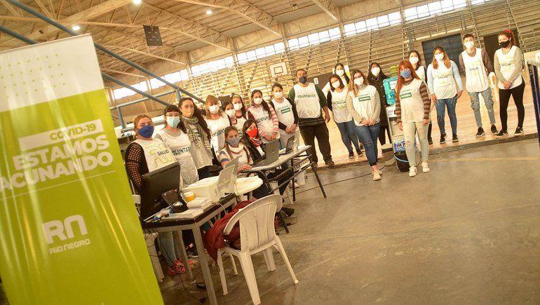 Los voluntarios recibieron con mucha alegría a los más jóvenes en el Estadio Municipal.