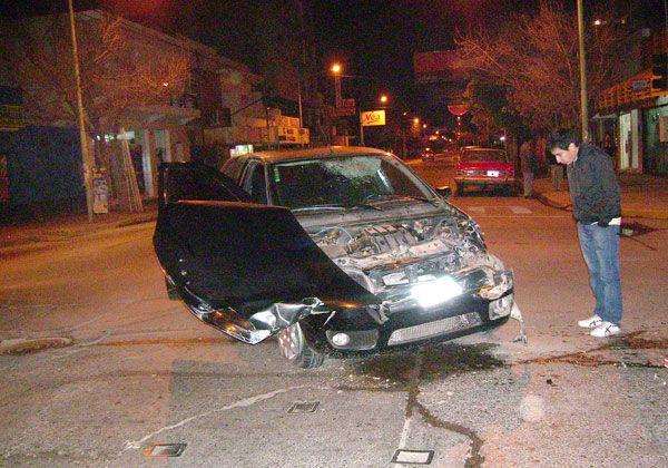Violento choque entre un auto y una camioneta