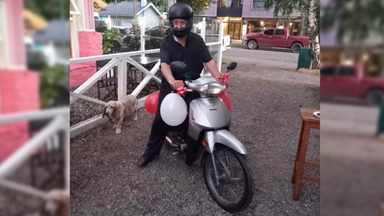 Caminaba 28 kilómetros para ir a trabajar y sus compañeros le regalaron una moto