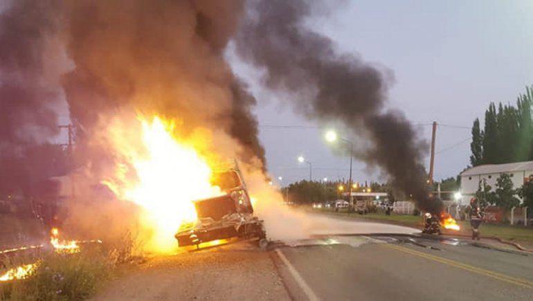 Un camión se prendió fuego en medio de la Ruta 22