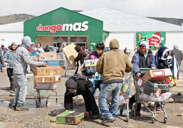 Pagan a comerciantes afectados por los saqueos