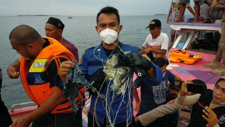 El avión de Indonesia cayó al mar y no hay sobrevivientes
