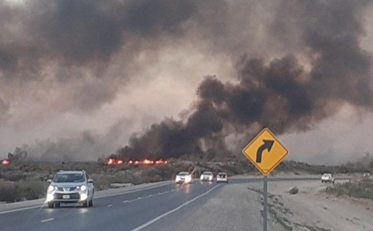 Incendio descontrolado en el ingreso a Las Grutas