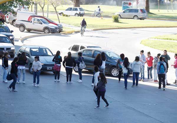 Estudiantes se manifestaron pidiendo netbooks