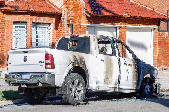 Encapuchados, se bajaron de un auto y le quemaron la RAM