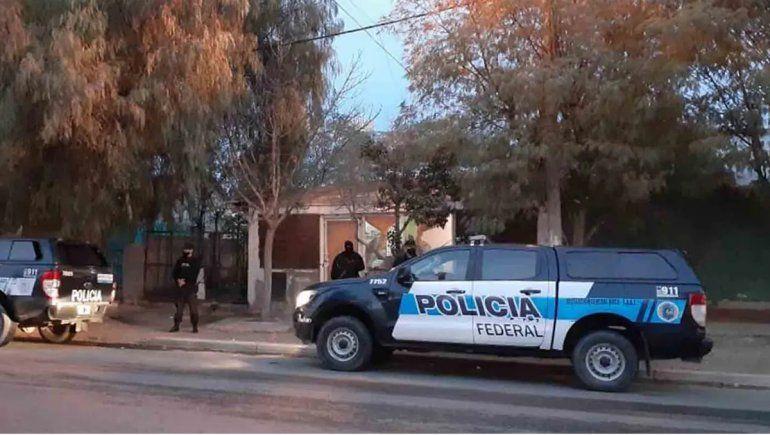 Allanaron una casa en Roca, secuestraron drogas y detuvieron a un hombre
