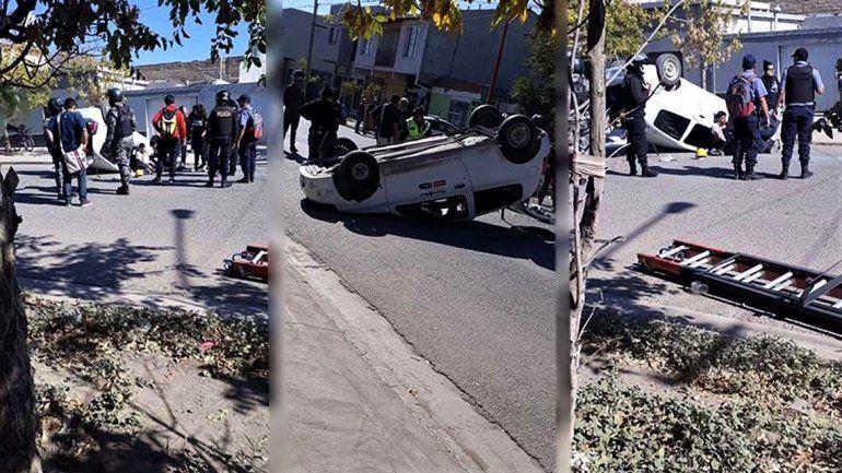 Espectacular choque y vuelco en el barrio Don Bosco: un hombre resultó herido