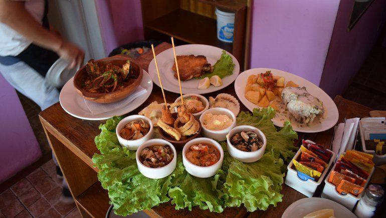 El plato majestad de Las Grutas: la picada de mariscos cuesta hasta 2700 pesos