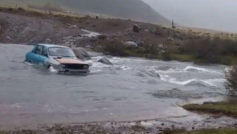 ¡Imparable! El Renault 12 que cruzó un profundo arroyo neuquino