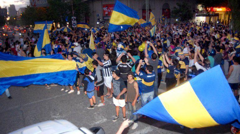 Los hinchas de Boca trasladaron los festejos al centro de Cipolletti.