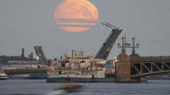 La luna sobre el río Neva, en San Petersburgo, RusiaDmitri Lovetsky - AP