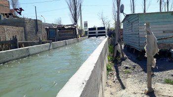 temen que desborde un canal y el barrio quede bajo agua