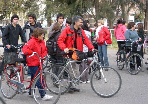 Nutrida bicicleteada para cuidar el medio ambiente