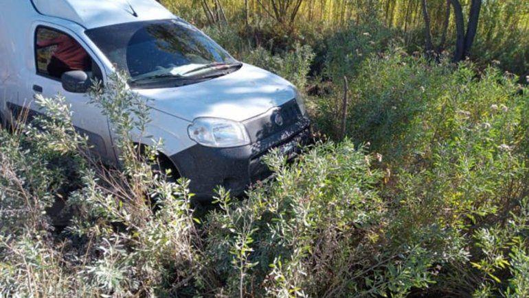 Susto sobre la Ruta 22: perdió el control del auto, chocó contra un poste y volcó
