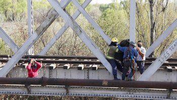 rescataron a la mujer que se colgo del puente ferroviario