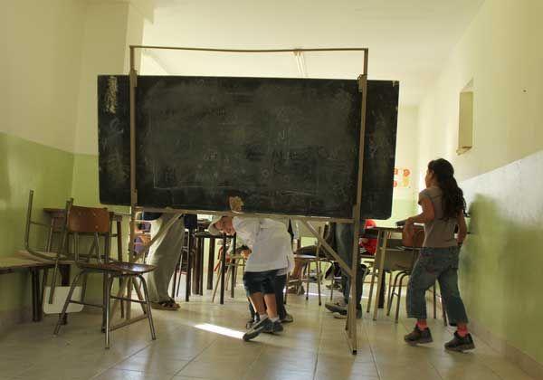Improvisan aulas en la escuela de Ferri