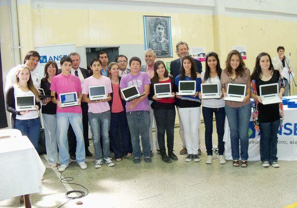 Los alumnos del CEM 5 recibieron sus netbooks