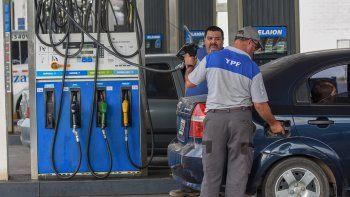 Naftas: otra suba para sostener la paridad frente al dólar