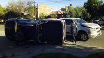 fuerte choque y vuelco de una camioneta sobre la calle roca