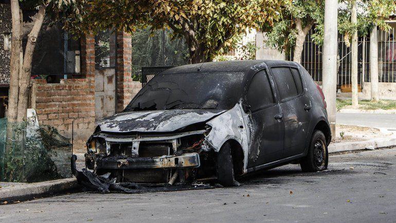 Quemaron el auto de un policía de la Federal