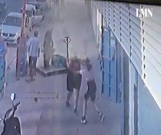 La atacó con un fierro en la cola de un supermercado chino