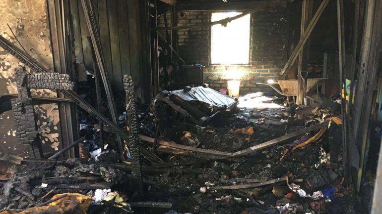 Las llamas consumieron toda la vivienda.