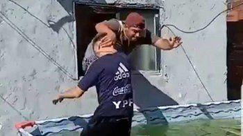 Papurri al agua, desde una ventana. Uno de los videos que se volvió viral.