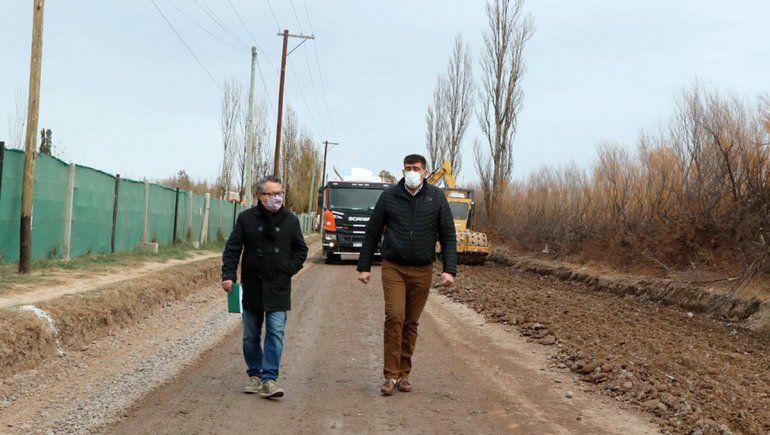 Empezó la obra de asfalto del camino que unirá Cipolletti y Oro