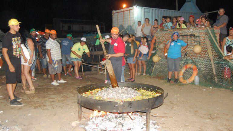 El chef italiano Donato De Santis cocinó una paella para 500 personas.
