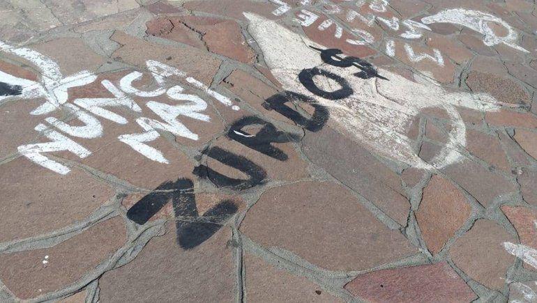 Repudian pintadas sobre los pañuelos de la plaza del Centro Cívico de Bariloche