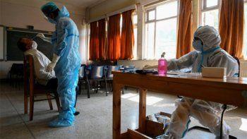 El país reportó 438 muertes y 16 mil nuevos casos por COVID