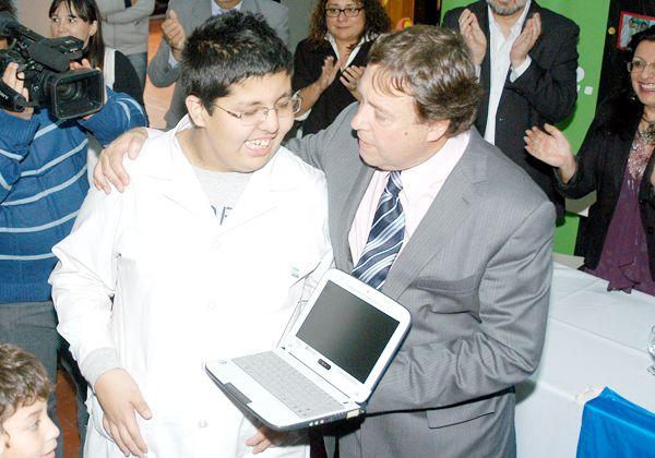 Weretilneck entregó netbooks a alumnos especiales en Allen