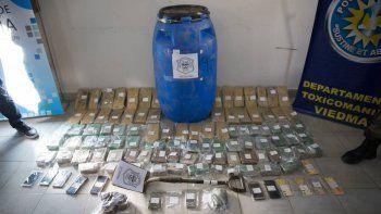 secuestraron mas 56 kilos de marihuana enterrados en un campo
