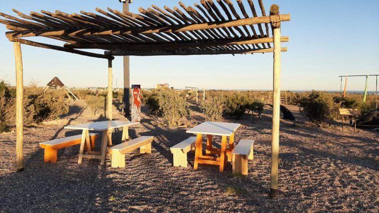 La pérgola construida con postes que sostenían el alumbrado. Un descanso para un paseo entre la flora autóctona.