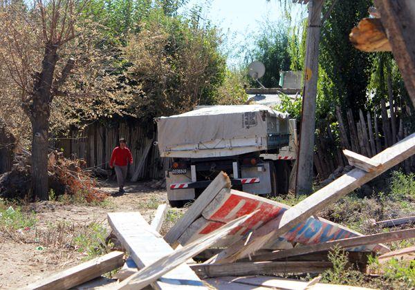 Un camión terminó dentro de una casa