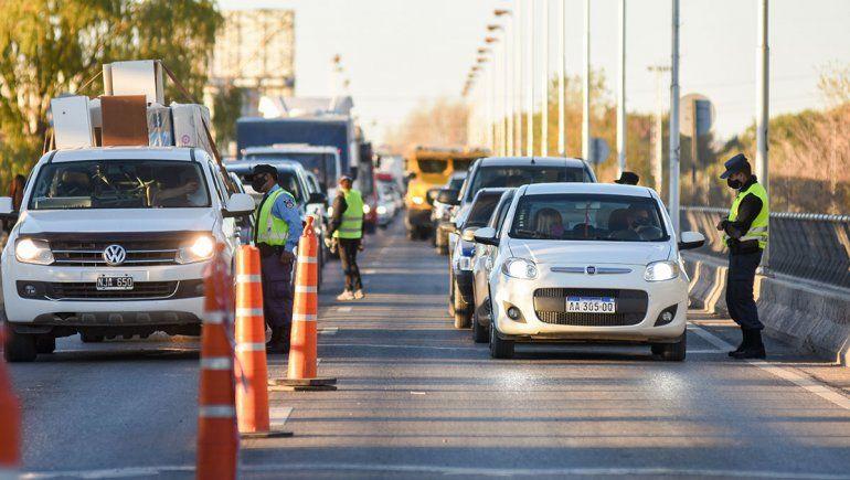 Por no ser esenciales, rechazaron en los puentes a 70 vehículos provenientes de Cipolletti