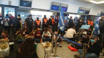 Incidentes en Aeroparque: forcejeos entre la policía y trabajadores de Latam