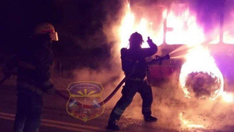 Un colectivo se prendió fuego en plena Ruta 22