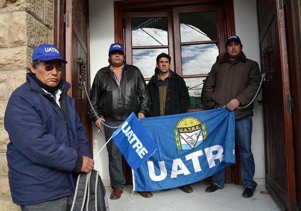 Dirigente de UATRE se encadenó en el Ministerio de Trabajo en Roca