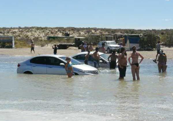 La pleamar dejó bajo agua a unos veinte autos en Piedras Coloradas