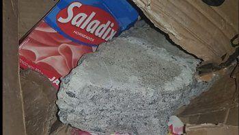 Una mujer compró dos cubiertas de auto por Mercado Libre y le mandaron una piedra y cartones.