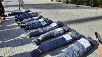 Las bolsas mortuorias con nombres que generaron el repudio.