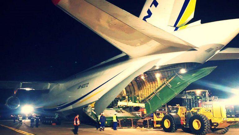 Llegó el Antonov y se pone en marcha el operativo para apagar el incendio en Vaca Muerta