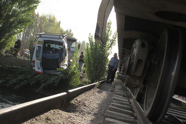 Tren embistió a un transporte escolar en Puente 83