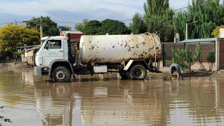 Camiones chupa recorren los barrios sacando el agua