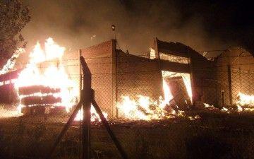 Voraz incendio en el galpón Cartocor en Allen