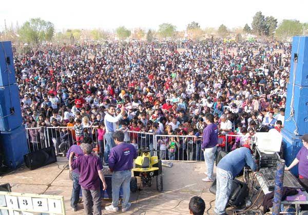 Miles de vecinos festejaron junto a Puerto Argentino