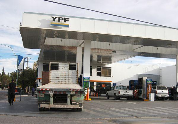 Expendedores, expectantes por intervención estatal de YPF-Repsol